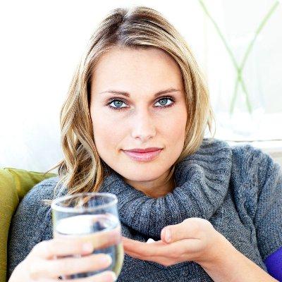 девушка пьет антибиотик