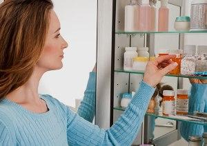 женщина выбирает лекарства