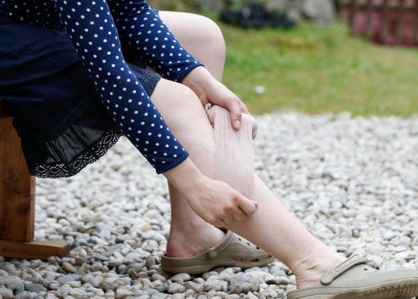 почему болят ноги перед месячными