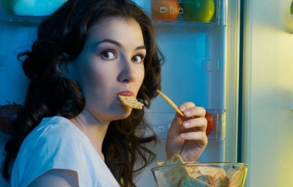 девушка ночью у холодильника