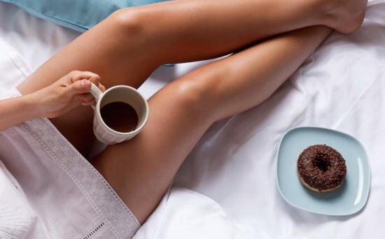 Девушка пьет кофе в постели