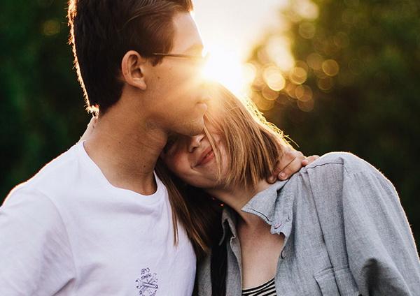 парень и девушка счастливы