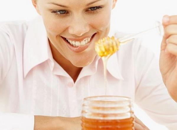 Девушка пробует мед