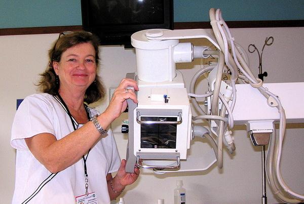 Врач у рентгеновского аппарата