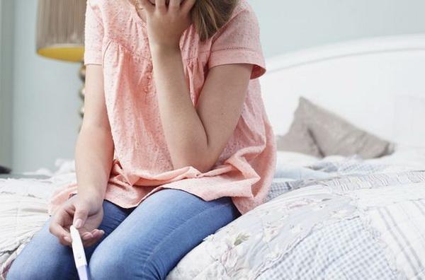 Девушка и тест на беременность