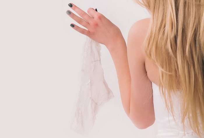 Девушка держит в руках белье