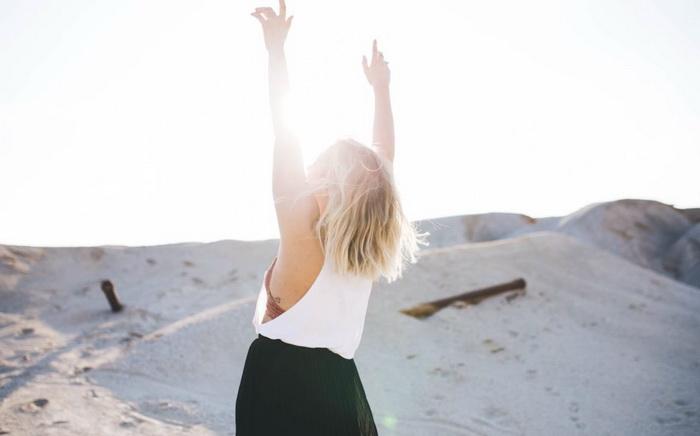 Счастливая девушка на берегу